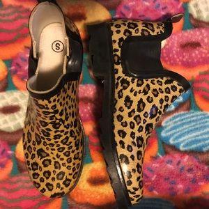 Very cute leopard short rain boots!💛